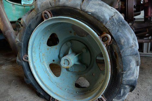 あ!それからちょっと驚いたのはこれです。パンクしても?それとも超低圧でも?リムが空滑りしないために付いているものと思われます。タイヤの突起に引っ掻け式リム。タイヤ自体にこんな突起が付いているのを初めて見ましたし、それを利用するリムも初めて見ました。 これ、おもしろいなあ。