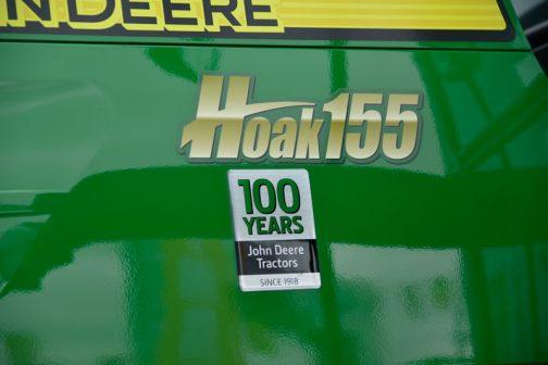 ジョンディアトラクター100年のバッジと共にHoak155のステッカー。