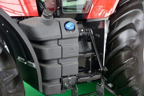 最近のマイブームはこれ。ステップ廻りにある燃料タンクです。トラクターのデザインはどちらかといえば概ね一緒で個性のないものになりつつあります。しかし、燃料タンクにプラスチックが採用されて、さらに重心位置をコントロールするためか、キャビン下に置かれるようになってから各社それはそれは個性的でユニークなものになっています。