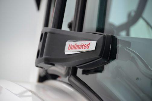 唐突に細かいところを撮った写真が出てきますが、これはドアヒンジ。Unlimitedの文字が見えます。