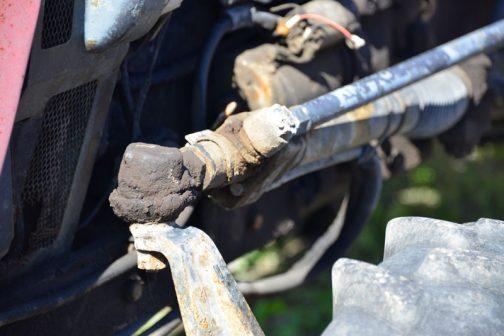 このように直接タイヤの向きを変えているのは油圧シリンダー。