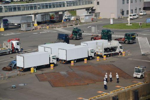 そんなことより、港ではこうやって積み込みを待つトラクや係留作業の人達も待っています。