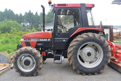 CASE IH 4230は、tractordata.comによると、イギリスドンカスター工場で1994年〜1997年にかけて製造され、4200ユーティリティ・シリーズ、CASE D2694気筒4.4Lディーゼルエンジン 84馬力/2400rpm、1997年当時の価格は30,000ドル、 となっています。