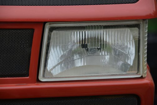 ヘッドランプ、よく見ると長方形ではなく、異形ですね!そう思って795のほうを見返すと、同じ異形ランプのように見えます。