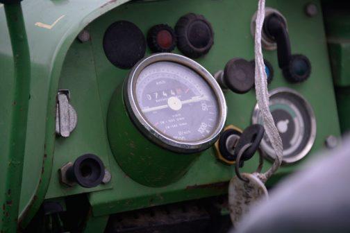 僕はお子様的にスイッチやメーターが並んでいるのが好みなので、F231GTのインパネはストライクです。メーターは緑のトラクターではおなじみのVODです。