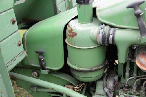 全体的に丸みを帯びたエンジンにピッタリの形をしているオイルバスフィルター。