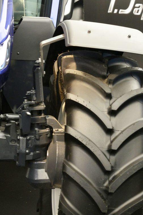 フェンダーと言えば、Fフェンダーのピボット部。JDやクボタ、HNと違う機構のものを採用しています。かなり大掛かりですね。