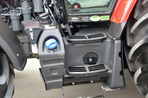 マッセイ・ファーガソンMF5713SLです。 これはJDと違い、アドブルーのタンクとキャップが前面に出ている感じです。燃料タンクはその後ろでしょうか。樹脂タンク階段状に切られ、それに滑り止めの付いたステップが乗っています。工具箱はFタイヤの逃げの付いた変則的な形で、タンクの脇に置かれています。