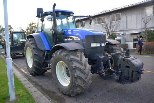 ニューホーランドTM190です。大きなトラクターですが、190馬力もあるとは思いませんでした。 tractordata.comによれば、TM190は2002年〜2007年、なんと7.5Lの排気量!6気筒ターボディーゼルで190馬力を叩き出し、車重も8トン近くもあるそうです。