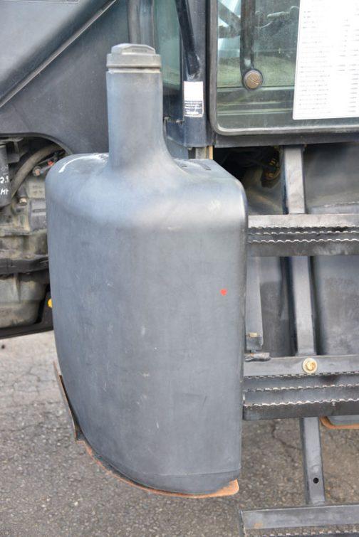 これも気になったものの一つ、燃料タンクです。ここのところ展示会で、車止めを入れてみたり、ステップを切ってみたり、工具入れの棚があったりと、燃料を入れるだけではない複雑な機能を持たせたタンクと違い、つるっとあっさりの燃料タンクが新鮮です。元々の出発はそうだったのだしょうが、茶色の薬剤タンクみたい。