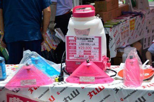 丸山製作所 バッテリー噴霧器 LSB100Li-JA 価格 ¥29,800(JA特価) 薬剤タンク容量 10L 最高圧力 0.3MPa 質量 2.7kg 給水量 0.8L/min 作業時間 90/120 充電時間 約50 標準付属ノズル 2頭口カバーノズル JA女性職員&丸山Lプロジェクト共同企画 バッテリー2個付きで作業中にも充電。携帯ポーチ付き! とあります。