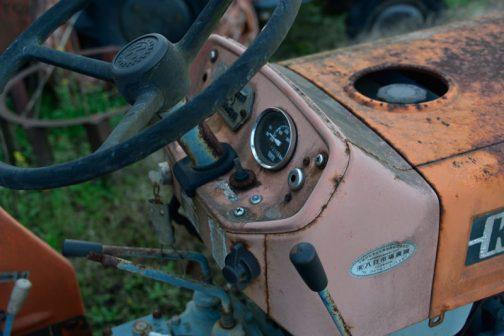 これはL1501DTのインパネ回り。ウインカースイッチがトグル式に、また、そのトグルスイッチの脇に何かのインジケーターランプがあるのがわかります。