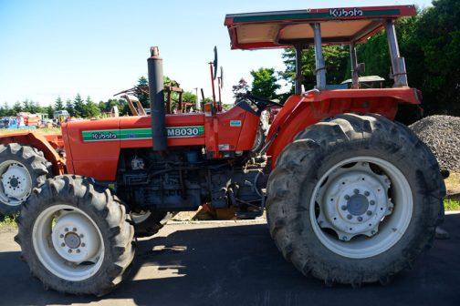 tractordata.comによると、M8030は1986年〜1997年。クボタの取説サイトではM8030DTの説しかありませんでした。この登録によれば昭和62年、1987年生まれということになっています。これは輸出向けと国内向けの違いかもしれません。