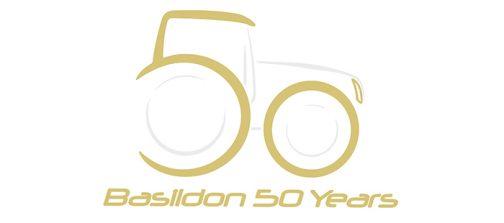 ステキなロゴ(しかもこれだけでニューホランドトラクターに見える!)で50年を祝っています!