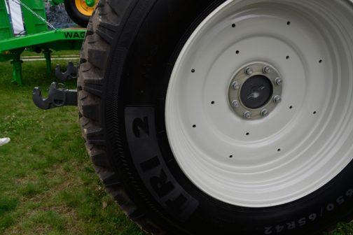 TRI 2 というタイヤのようです。