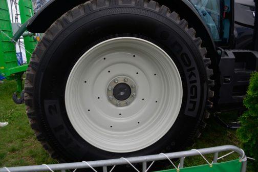 タイヤメーカーはNOKIAN と言うようです。 NOKIAN TRI 2というタイヤ銘柄。