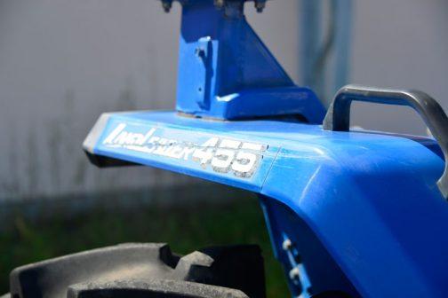 このトラクターで唯一名前が分かるところはここ。フェンダーの上にちょこっと書いてあるだけです。それによればランドリーダー455