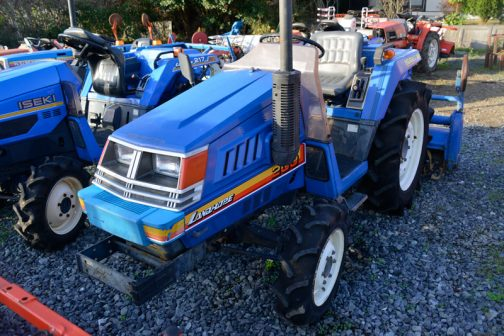 イセキ・ランドホープTU200Fです。農研機構の安全鑑定登録はTU200が1984年。ヰセキの社史によると昭和59年、同じく1984年です。パッと見は「異形」。「こんなクルマ見たことあるなあ」という感じです。