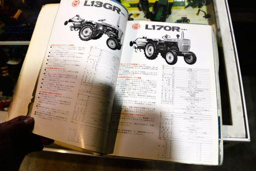 ★車体 名称 L13GR 形式 農耕用小型特殊自動車 全長 3,350ミリ 全幅 1,300ミリ 全高(ハンドルまで) 1,240ミリ 軸距 1.310ミリ 最低地上高 有効415ミリ 軸距(前輪) 790ミリ 軸距(後輪) 780ミリ・930ミリ タイヤ(前輪) 7.00-12 タイヤ(後輪) 7-24 重量 825キロ 三点リンク カテゴリー0の・・・(後読めず) 変速段数 前進6段 後進2段 主クラッチ 乾式単板 駆動方式 後輪駆動 差動方式 デファレンシャルギア方式 制動装置 一系統左右独立(連結装置つき)・・・(後読めず) 作業機昇降装置 油圧式 最小回転半径 1.6メートル PTO 規格DINSAE・・・(後読めず) ロータリ耕幅 1.120ミリ・・・(後読めず) ★エンジン 名称 E650B 形式 立形水冷4サイクルディーゼル シリンダ内径×行程 95×90ミリ シリンダ数 1 総行程容積 637cc 出力 13馬力 2,800回転・・・(後読めず) 使用燃料 クボタディーゼル重油または・・・(後読めず) 燃料タンク容量 14.5ℓ 潤滑形式 ギヤポンプ全自動圧送式 冷却方式 加圧ラジエター式 始動方式 セルスターター式 ★速度 前進1速 1.02キロメートル/時 前進2速 1.58 前進3速 2.48 前進4速 3.85 前進5速 6.06 前進6速 14.74 後進1速 1.56 後進2速 3.80 ★車体 名称 L170R 形式 農用四輪トラクタ 全長 2,220ミリ 全幅 1,100ミリ 全高(ハンドルまで) 1,300ミリ 軸距 1.380ミリ 最低地上高 332ミリ 軸距(前輪) 920・1,080ミリ 軸距(後輪) 880ミリ・1,100ミリ タイヤ(前輪) 4.00-15 タイヤ(後輪) 8.3/8-24 重量 800キロ(ロータリなし)・980キロ(ロータリつき) 三点リンク カテゴリー1(三点リンクは特別装備品) 変速段数 前進6段 後進2段 主クラッチ 乾式単板式 駆動方式 後輪駆動 差動方式 デファレンシャルギア式(デフロックつき) 制動装置 一系統左右独立(連結装置つき) かじ取り装置 ボールスクリュー式 作業機昇降装置 油圧式 最小回転半径 1.7メートル PTO 規格DIN,SAE規格1 3/8(インチ) ロータリ 1.360ミリ(約4.5尺)延長1.560ミリ(約5.2尺) ★エンジン 名称 E800 形式 立形水冷4サイクルディーゼル シリンダ内径×行程 102×960ミリ シリンダ数 1 総行程容積 784cc 出力 17馬力 2,800回転/分 燃焼室形式 球形燃焼室式 使用燃料 クボタディーゼル重油またはディーゼル軽油 燃料タンク容量 21ℓ 潤滑形式 トロコイドポンプによる強制圧送式 始動方式 セルスターター式 ★速度 前進1速 1.02キロメートル/時 前進2速 1.57 前進3速 2.48 前進4速 3.86 前進5速 6.06 前進6速 14.8 後進1速 1.56 後進2速 3.80