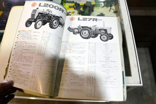 ★車体 名称 L170R 形式 農用四輪トラクタ 全長 2,220ミリ 全幅 1,100ミリ 全高(ハンドルまで) 1,300ミリ 軸距 1.380ミリ 最低地上高 332ミリ 軸距(前輪) 920・1,080ミリ 軸距(後輪) 880ミリ・1,100ミリ タイヤ(前輪) 4.00-15 タイヤ(後輪) 8.3/8-24 重量 800キロ(ロータリなし)・980キロ(ロータリつき) 三点リンク カテゴリー1(三点リンクは特別装備品) 変速段数 前進6段 後進2段 主クラッチ 乾式単板式 駆動方式 後輪駆動 差動方式 デファレンシャルギア式(デフロックつき) 制動装置 一系統左右独立(連結装置つき) かじ取り装置 ボールスクリュー式 作業機昇降装置 油圧式 最小回転半径 1.7メートル PTO 規格DIN,SAE規格1 3/8(インチ) ロータリ 1.360ミリ(約4.5尺)延長1.560ミリ(約5.2尺) ★エンジン 名称 E800 形式 立形水冷4サイクルディーゼル シリンダ内径×行程 102×960ミリ シリンダ数 1 総行程容積 784cc 出力 17馬力 2,800回転/分 燃焼室形式 球形燃焼室式 使用燃料 クボタディーゼル重油またはディーゼル軽油 燃料タンク容量 21ℓ 潤滑形式 トロコイドポンプによる強制圧送式 始動方式 セルスターター式 ★速度 前進1速 1.02キロメートル/時 前進2速 1.57 前進3速 2.48 前進4速 3.86 前進5速 6.06 前進6速 14.8 後進1速 1.56 後進2速 3.80