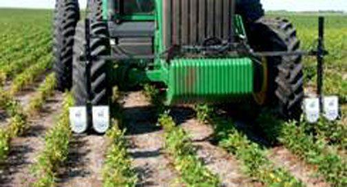 実際にはこのように使うようです。この作物と作物の間に車輪を通すわけですね!なかなか繊細な作業です。これは確かに自動運転したいです。