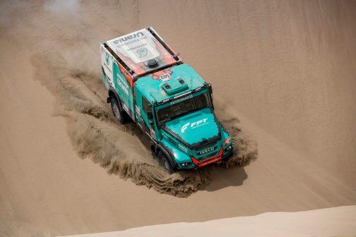 IVECOのレーシングトラック、走っている姿がこれです。ボンネットに目が行ってしまいました。FPTと書いてありますよね!