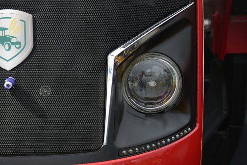 そしてこちらはArmaTrac 1104のヘッドライト。同じくHELLAのプロジェクターランプ。目の上のメッキラインの印象はValtraと共通に思えます。もちろん、全体から受ける印象はかなり違っていますけど・・・