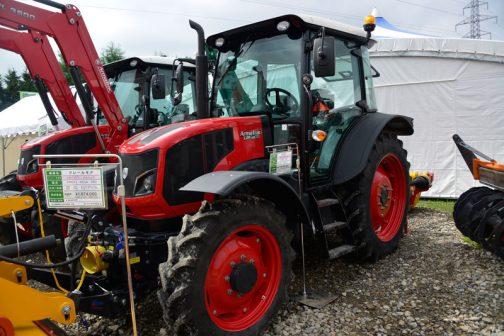 展示では同じ1104がフロントローダー付きとフレールモア付で2台展示されていました。手前のフレールモアはプラしスタグによると メーカー/原産国 INO(イノ)/スロベニア 型式 PROFI MEGA 300 仕様/規格 作業幅:3.0m 重量:1325kg ●85〜135HP(強化ヘビーモデル)●1000rpm●フロントリア兼用●26枚:ハンマー/78枚:Yブレード 現金価格(税込) ¥1.674.400 引渡し条件 ●展示品限定価格