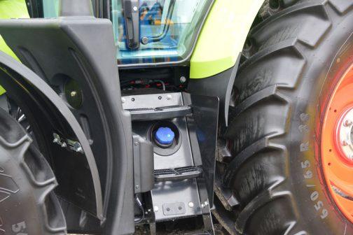 燃料タンクの給油口は左側。表に見えている部分は薄々です。そして尿素タンクの給油口はステップの間に・・・