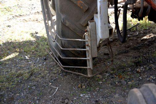 リヤタイヤの前には作物避けのヒゲが付いています。そういえばフロントタイヤの前にも何か付いています。管理作業に使われていたのでしょうね。