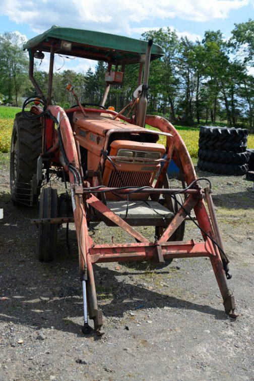 tractordata.comによれば、1973年〜1978年。3気筒2.6リッターディーゼル54馬力/2600rpmとなっています。また、農研機構の安全鑑定はFIAT540DTが1976年の登録ですが、僕の見た機体は四輪駆動ではないので、これより前のものと思われます。社史、『久保田鉄工最近10年の歩み』ではFIAT640が1971年発売とありますので、この640と同時に1971年に発売された可能性もあります。
