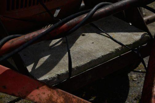 わかりにくいですが、顔が外れる・・・のと同じくらい気に入ったのがココ。ウエィトがコンクリートの側溝のフタです。気休めにマイカ線で縛ってあるのもGOOD!