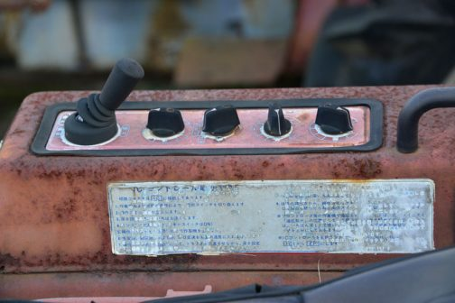 シバウラSL1543 ICコントロールなる装置がついているので、ヰセキの時もそうであったようにLはラグジュアリーかと思ったのですが・・・つまりS(シバウラ)L(ラグジュアリー)15(15馬力の)43(四駆STIGER顔)という感じ・・・