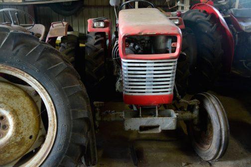 と、いうわけでヤンマートラクターYM260です。ヤンマー100年史によれば、 竹下鉄工、藤井製作所、協和農機の3社がそれぞれ 開発を開始し、1963 年に協和農機のYM18A(18 馬力) がヤンマー農機では初のトラクタとして商品化された。 その後、トラクタの開発は綜合技術研究所に引き継が れ、1966 年2月には竹下鉄工と共同でYM160(10 馬力)、 協和農機と共同でYM260(20 馬力)を発売した。 とあり、1966年生まれであることは以前からわかっていました。