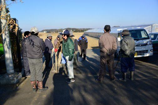 今年度の島地区農地水環境保全会の活動は昨日道普請が終わり、あと一日、総会と水路の泥上げが残るだけになりました。朝、スコップを持寄って集合です。