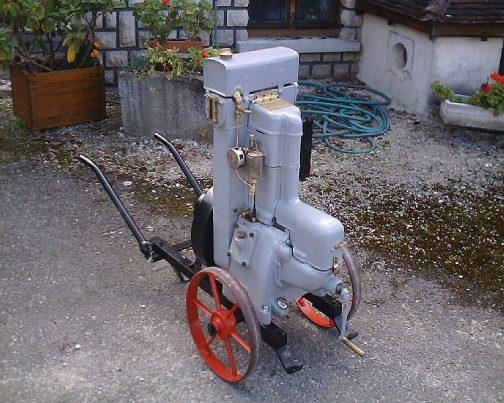バーナードモータースは発動機を作っていたということなのでしょう。でも、日本の発動機とはかなり感じが違います。「エンジンになってもやっぱりフランス人」という感じ!!フルカバードで運搬用の車輪つき。なんだかオシャレに見えませんか??