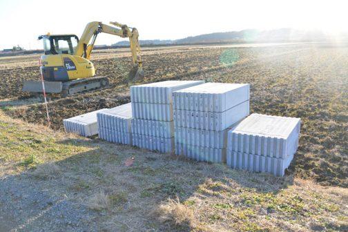 実は排水路の泥上げを待って資材が運び込まれていました。