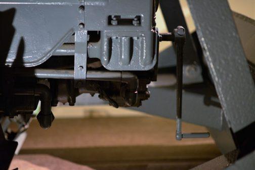 横から見るとこんな感じです。排土板を上げないと回せそうもないですね・・・でも、エンジンを掛けないと排土板は持ち上げられないし・・・となると、エンジンはハンドルを軽く廻しただけで掛かるのかしら・・・