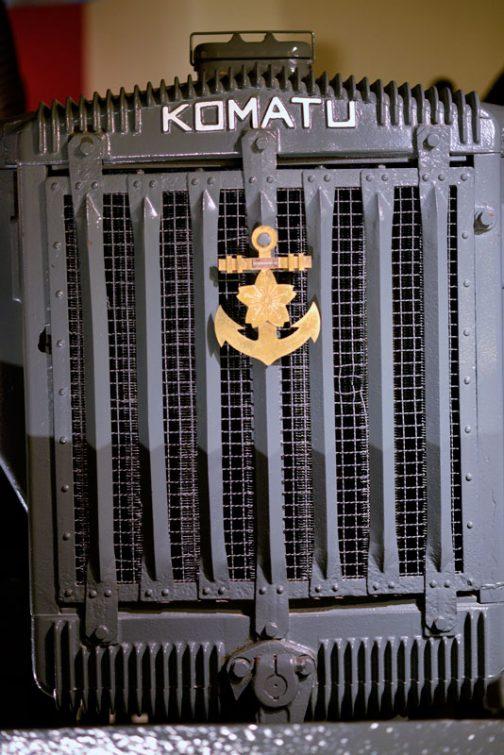 海軍のエンブレムがついています。そのずっと下に始動用のハンドルの軸が見えています。排土板があるので、始動はやりにくそうですね。