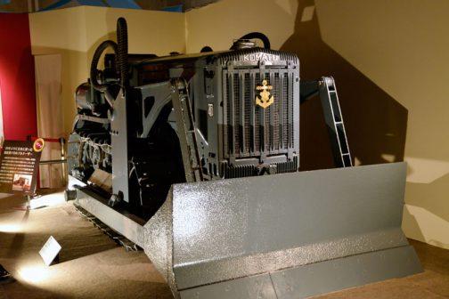 元々この機械はトラクターです。それに排土板をつけただけ・・・それまで考えたこともなかったのですが、たったそれだけで兵器になってしまった・・・ということがあたりまえではありますが驚きでした。
