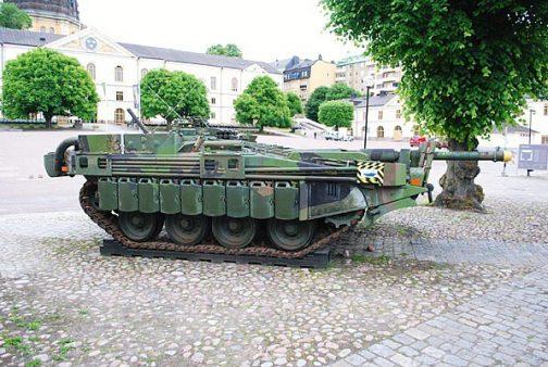 増槽兼用のサイドスカートを装備した、スウェーデンのStrv.103C型(Wikipediaより)