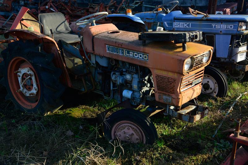 L4ケタ末尾00シリーズは、まずL1500が端緒を開いたのですよね。 「久保田鉄工最近10年の歩み(創業90周年)」によれば、 46年(1971年)には、耕うん機技術部で乗用耕うん機の発送を生かした超小型四輪駆動トラクタ・ブルトラB6000(11馬力)を開発した。また、小型本格トラクターとしてはL1500(15馬力)を開発したが、これが爆発的な人気を呼び、日本農業のトラクタ時代への本格的幕開けへとつながった。ちなみに、農用トラクタの全国出荷台数を比較してみると、35年(1960年)当時はわずか3300台強に過ぎなかったものが、47年度(1972年度)には累計30万6500台へと激増し、このうち、当社(久保田鉄工株式会社)が10万台強、32.7%のシェアを占めるまでに成長したのであった。 とあります。