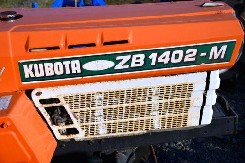 このころのサンシャインの特長である白いカバー。サイドにはZB1402-Mとあります。機番の頭Zは「全農」のZだと思います。しかし最後の-Mは・・・全農仕様ではない、ただのクボタB1402にも-Mの仕様があるし・・・