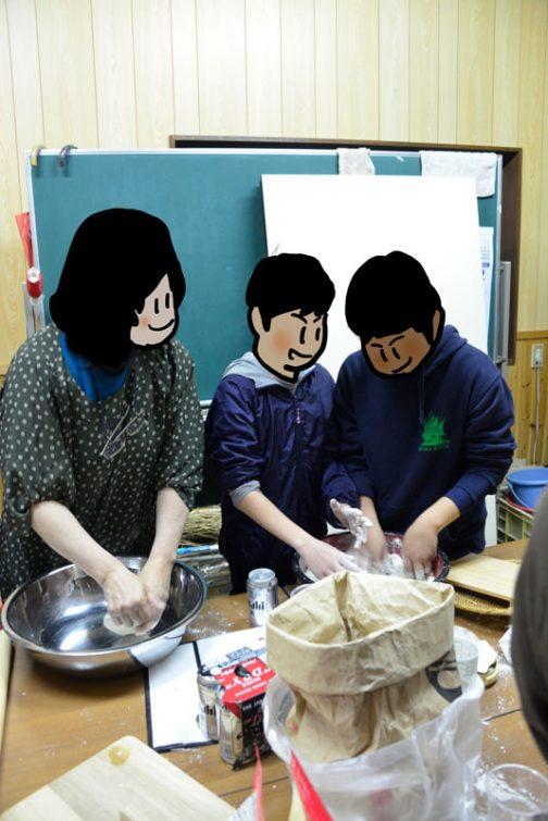 その後子供たちが打ち始めます。この会を始めた頃は、高齢者が蕎麦を打っていましたが、今は打ちたい人が多いため、子供とその親の世代が中心で、長老は食べるだけです。