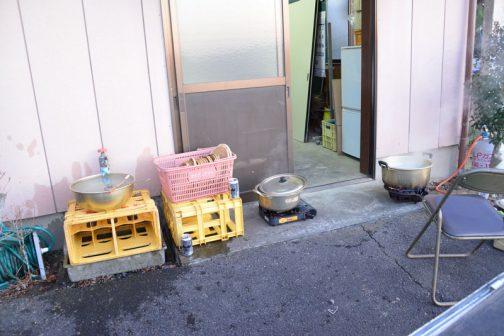 蕎麦を打つスペースを確保するため、蕎麦を茹でたりする台所は外に押し出されてしまいました。