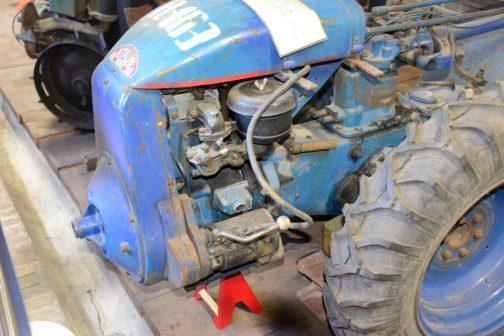 スターターモーターらしきものにハンドルがついています。これを倒してエンジンを掛けるんですかね???