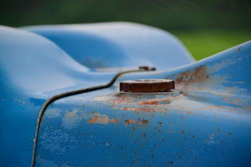County 1124 Super Six もし膨らんだフードのすぐ下まで燃料タンクがあったとしても、ここに給油口があるのでは満タンにならないでしょうから。