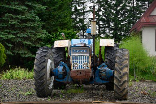 低い姿勢、デカいタイヤ。めちゃめちゃカッコイイスタイルです。 tractordata.comによれば 1964 - 1971年、Ford 2704E6気筒ディーゼル5.9L100馬力2250rpm、もしくは Ford 2704C6気筒ディーゼル6.2L102馬力/2250rpmとなっています。 しかし、Tractor & Construction Plant Wikiでは1967年、112馬力ということになっています。エンジン名や排気量などが書いてある、tractordata.comのほうが確からしいですけど、ここは不正確でも馬力の大きさに負けて112馬力ということにしておきます。
