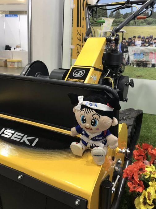 こちらは井関農機のツイッターから拝借した「さなえちゃん」の写真。結構各社マスコットキャラクターを持っているんですね。