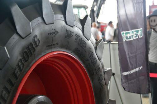 フェントFENDT 1050 Vario S4LR フロントタイヤはテレルボルグのF710/60R34